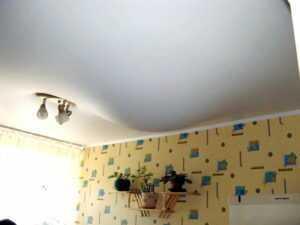 Как слить воду с натяжного потолка?